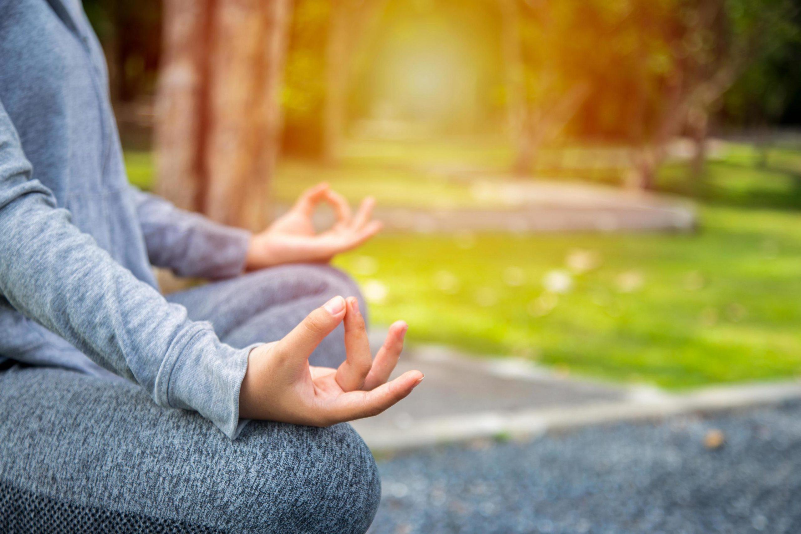 2052032-giovane-donna-yoga-meditazione-relax-nella-natura-gratuito-foto